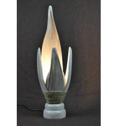 Lampe de chevet style ethnique chic en feuilles de cocotier. Finition patine blanche.