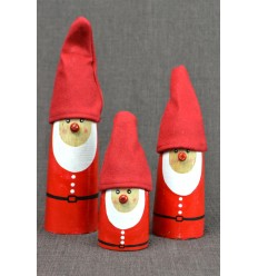 3 statuettes Father Christmas in wood with hat fabric. Deco Christmas craft.