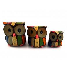 Trio de statuettes Hiboux en bois multicolore, façon bois de bateau vieilli.