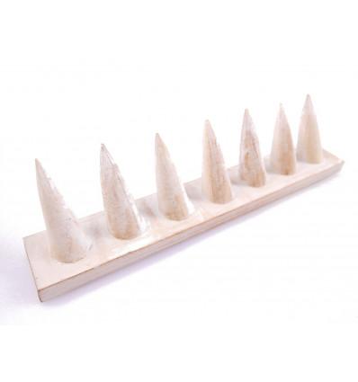 Porte-bagues en bois massif finition blanc cérusé / Présentoir à bagues (7 cônes)