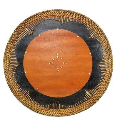 Tabella Impostato al di sotto di legno piatto. Tabella decorazione etnica.