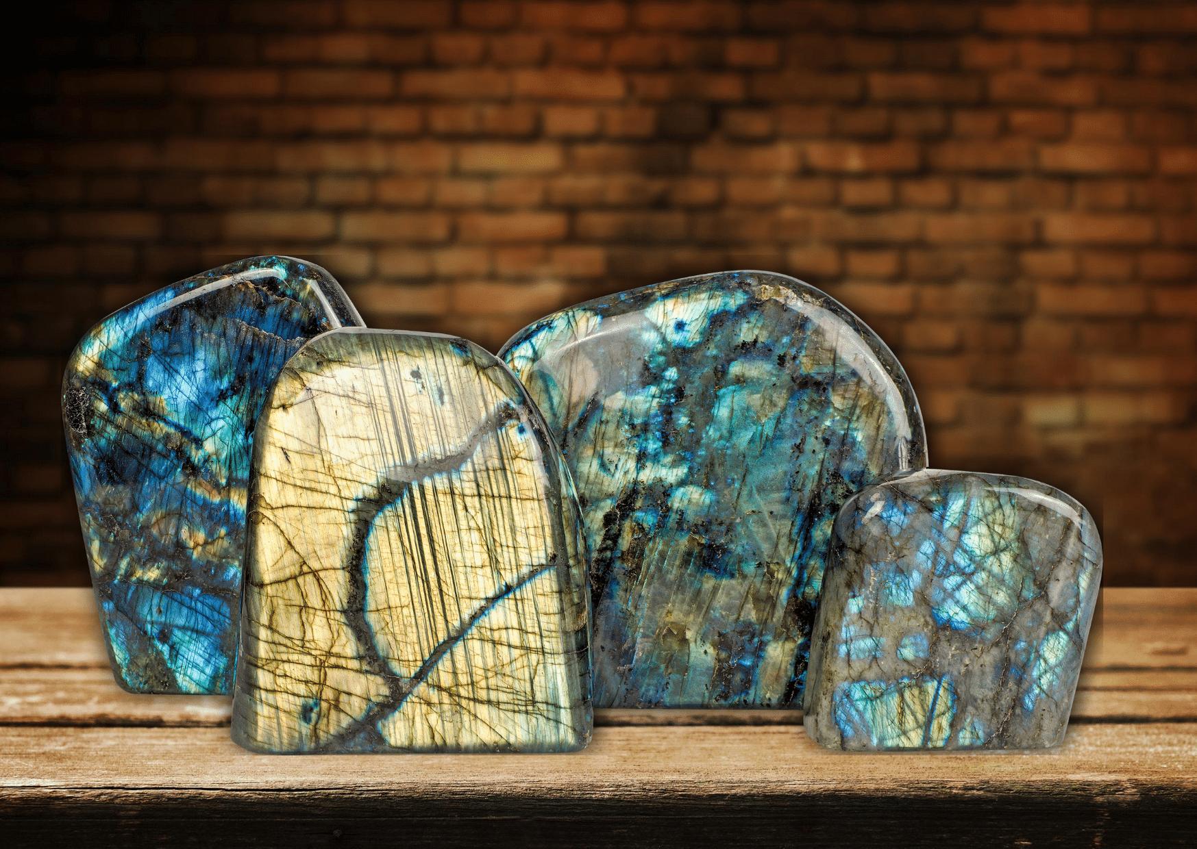 pierres labradorite pierre bleu vert sur table fond en brique